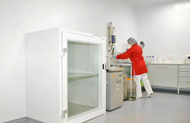 Стандарт предполагает некое идеально чистое, герметичное помещение со специальным покрытием стен, пола, потолка и особой системой вентиляции