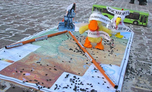 Протестующие пытались наглядно объяснить, почему в Красноярском крае топливо должно быть дешевле, чем в Европе