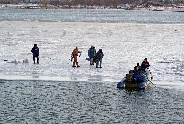 отрыв льдины с рыбаками