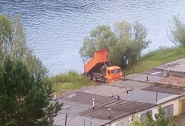 В Дивногорске «КамАЗ» высыпал строительный мусор в Енисей