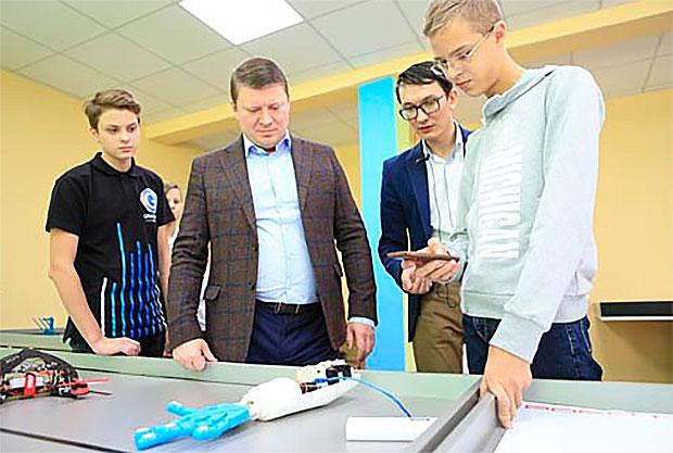 Школьники изКрасноярска напечатали протез руки на3D-принтере