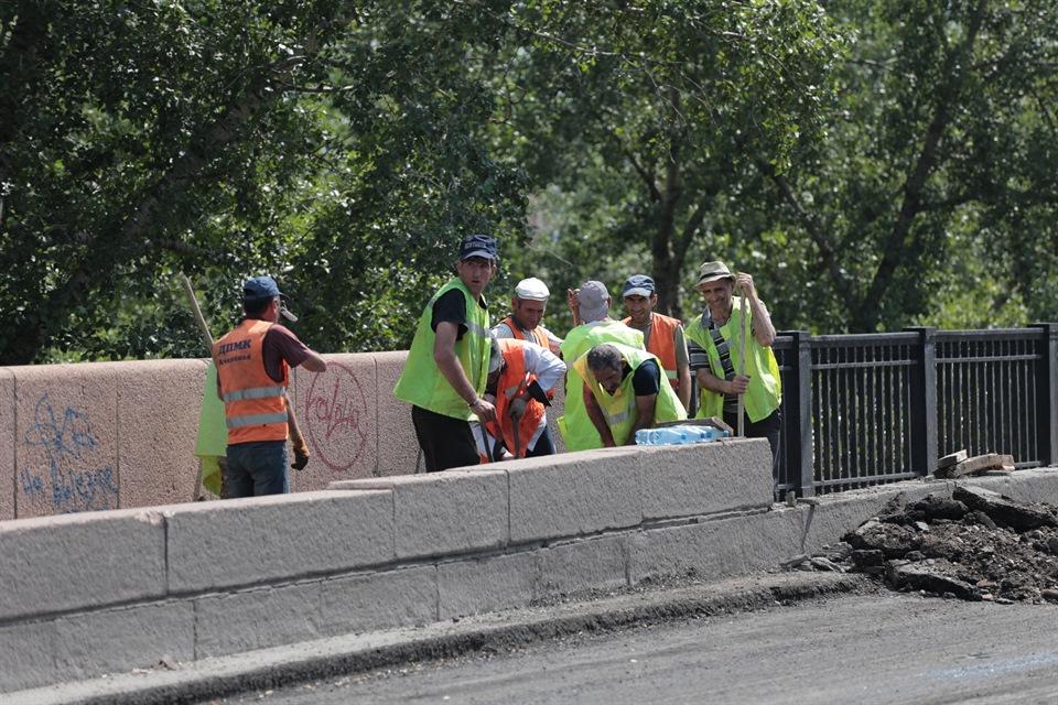 рабочие на мосту