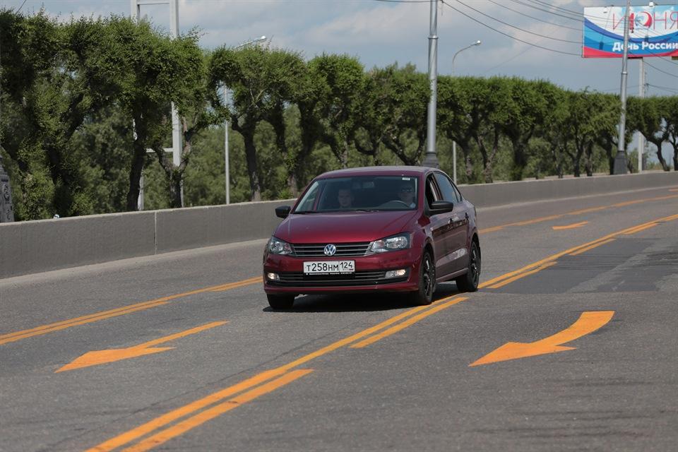 Левый автомобиль на Коммунальном мосту