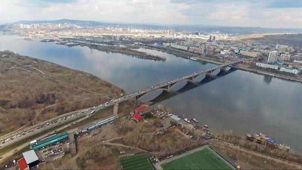Коммунальный мост Красноярск над главным руслом с высоты